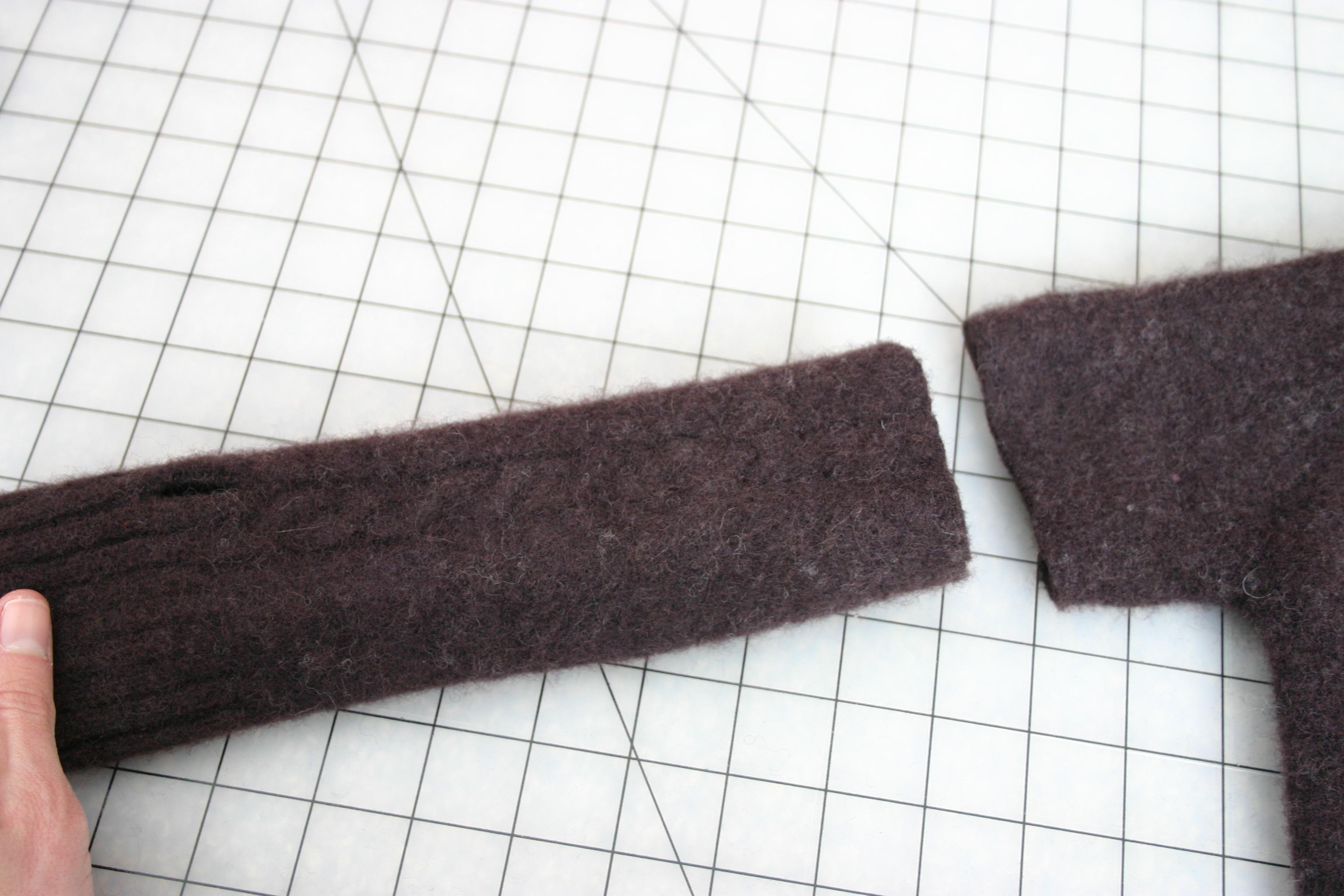 Что бы сделать варежки нужно отрезать рукава из свитера.  Что бы определиться с длинной и дырочкой для большого...